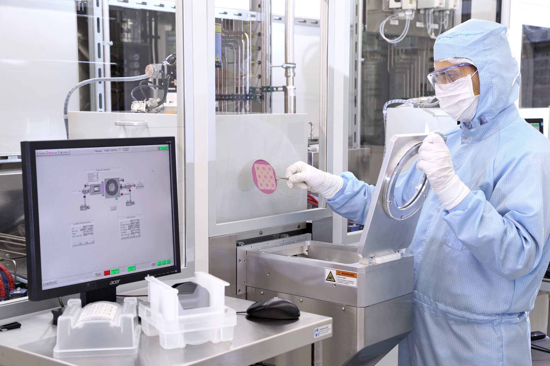 Researchers in the Helmholtz Nano Facility